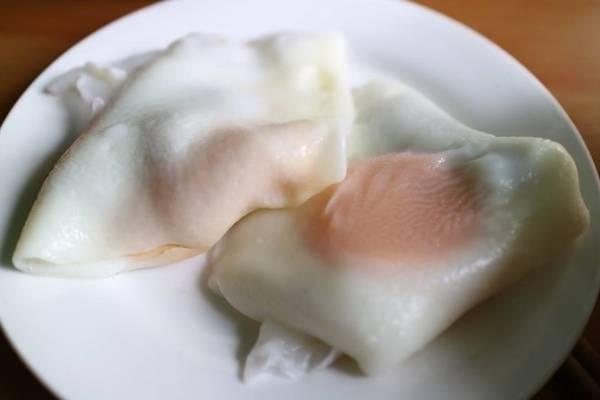Bánh cuốn trứng nóng hổi - Ảnh: Huyền Trần