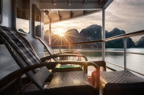 Description: Đón ánh bình minh ngày mới trên boong tàu.