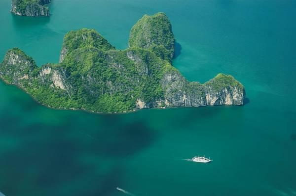 Description: Tạp chí The New York Times (Mỹ) từng bình chọn trải nghiệm ngắm Vịnh Hạ Long từ thủy phi cơ là một trong những dịch vụ du lịch hấp dẫn nhất năm 2015.