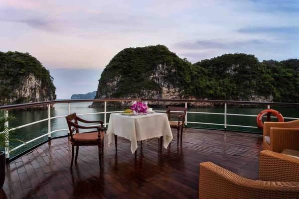 Description: Bạn sẽ được thưởng thức nhiều món ăn địa phương và quốc tế được phục vụ ngay tại nhà hàng trên du thuyền.