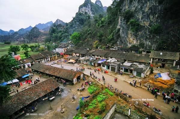 Phố cổ Đồng Văn nằm giữa thung lũng với bốn bề núi đá bao quanh. Điểm đến cổ kính, trầm mặc nhưng mang đậm nét văn hóa đặc sắc của miền núi đá Hà Giang, mà bất kỳ du khách nào một lần đến đây đều không thể bỏ qua.Ảnh: Viet Cuong