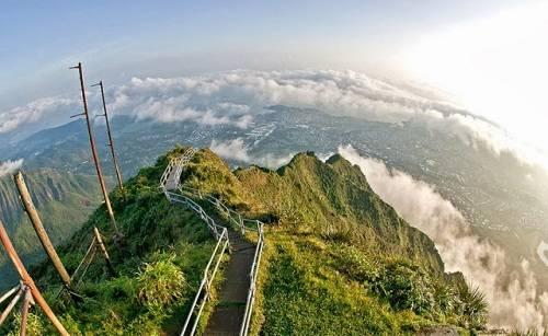 Con đường dài ẩn hiện trong màn mây khiến du khách có cảm giác như đang lạc bước trong xứ sở thần tiên. Ảnh: What Scuttle Butt