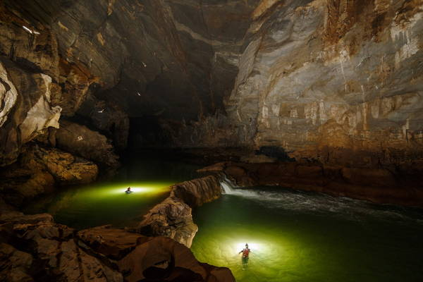 Description: Thác nước bên trong hang Tú Làn. Ảnh:oxalis