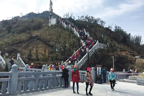 Description: Hành trình chinh phục 600 bậc thang để lên đỉnh Fansipan