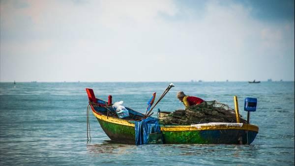 Một tàu đánh cá trên biển Hồ Cốc. Ảnh DemiCat DA