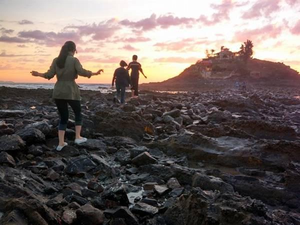 Khi thủy triều xuống thấp, du khách có thể men theo một lối đá trập trùng để ra đảo. Ảnh: ST
