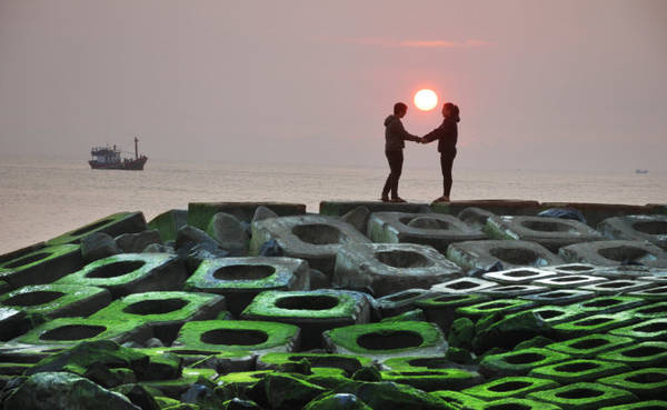 Description: Đón bình minh trên bờ kè xanh ngắt màu rêu - Ảnh: Dương Thanh Xuân