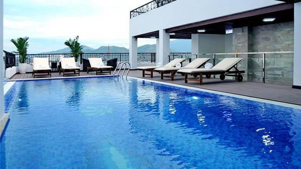 Hồ bơi rộng rãi của khách sạn. Ảnh: iVIVU.com