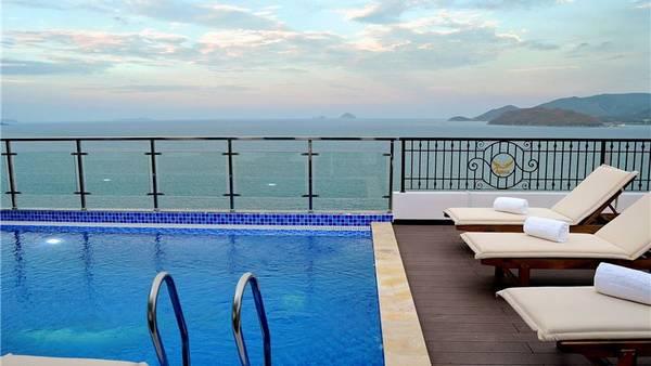Từ hồ bơi du khách có thể thỏa thích ngắm cảnh biển đẹp ở phía dưới. Ảnh: iVIVU.com