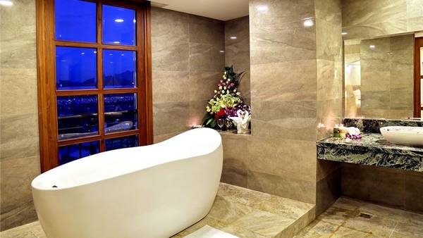 Phòng tắm sang trọng với tầm nhìn đẹp. Ảnh: iVIVU.com