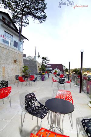 Những bộ bàn ghế nhiều màu sắc  được đặt phía trước để du khách có thể nghỉ ngơi, ngắm cảnh.