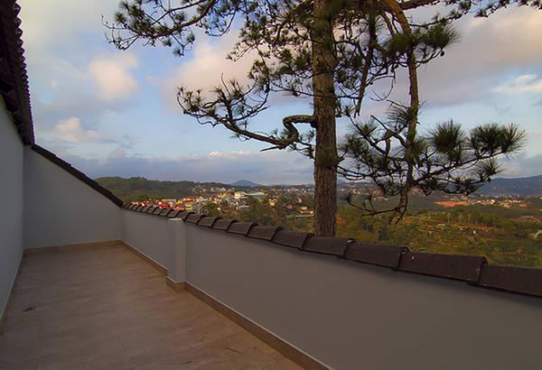 Ban công khách sạn rộng rãi, giúp du khách thoải mái ngắm nhìn phong cảnh.