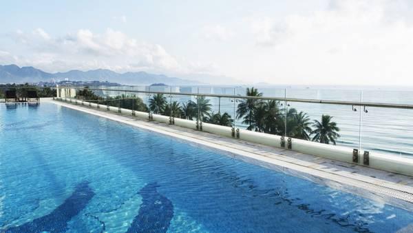 Hồ bơi hướng ra biển tạo cảm giác thoáng đãng. Ảnh: iVIVU.com
