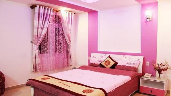 Phòng Vip Double dành riêng cho cặp đôi mới cưới tại khách sạn, với tông màu hồng chủ đạo. Ảnh: iVIVU.com