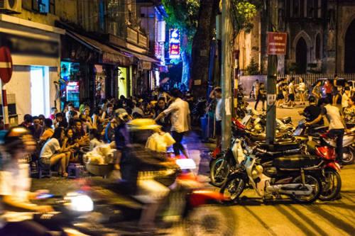 Con phố ăn uống tập nập ở Hà Nội.