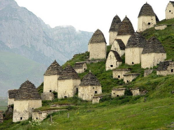 Những ngôi mộ mang hình dáng như túp lều hình chóp - Ảnh: whenonearth