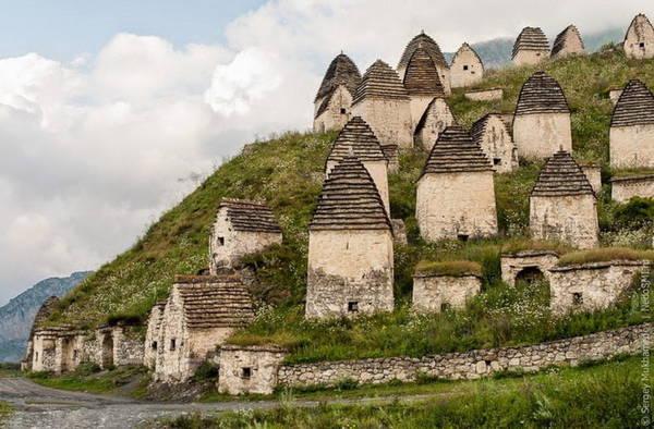Những ngôi mộ nằm trên đỉnh núi Caucasus - Ảnh: amusingplanet