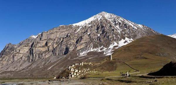 Khung cảnh hoang vắng và khô cằn của ngọn núi - Ảnh: wiki