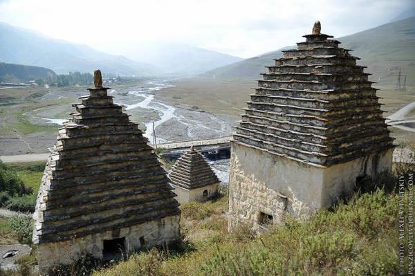 Tường mộ được làm bằng đá phẳng có mái hình chóp - Ảnh: whenonearth