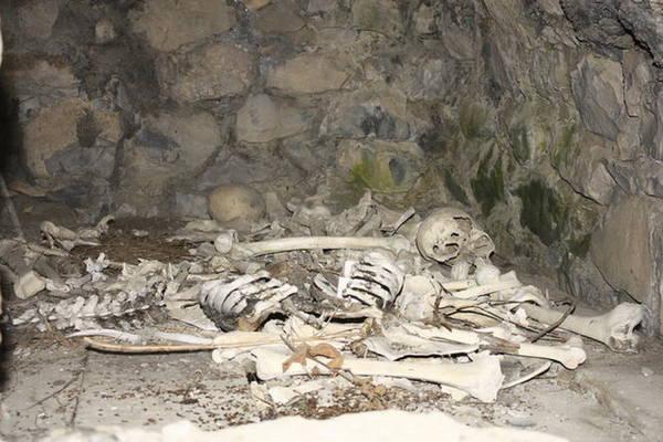 Bên trong hầm mộ chứa nhiều bộ xương và sọ người - Ảnh: flickr