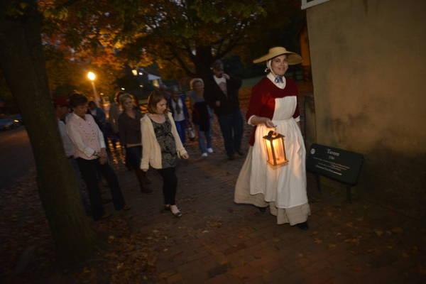 Du khách tham gia một hành trình khám phá thế giới phù thủy về đêm - Ảnh: oldsalem