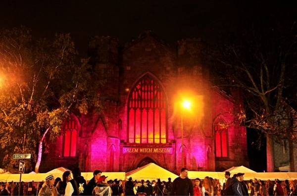 Khi màn đêm buông xuống cũng là lúc bảo tàng Salem Witch trở nên nhộn nhịp - Ảnh: helpgoabroad - wp