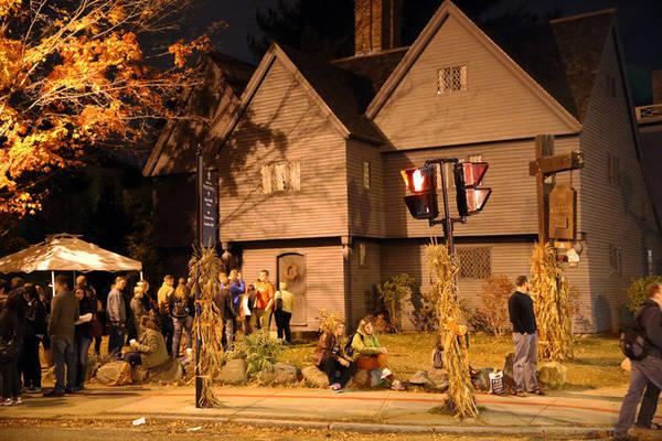 Du khách tham quan The Witch House về đêm - Ảnh: cleveland.com