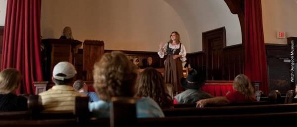 Du khách theo dõi vụ kiện phù thủy được tái hiện ở Bảo tàng Witch Dungeon - Ảnh: salem.org