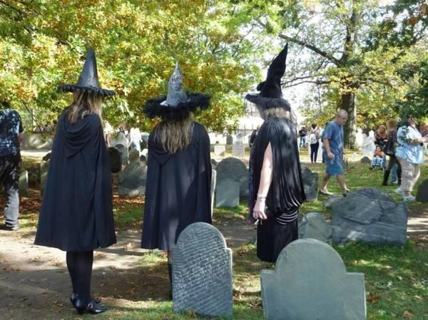 Du khách tham quan nghĩa trang ở Salem - Ảnh: bostonglobe