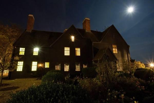 """Căn nhà gỗ """"The House of the Seven Gabbles"""" huyền bí trong đêm - Ảnh: lifeisahighway"""