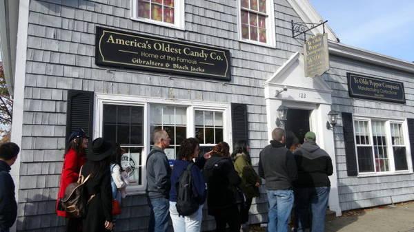 Du khách xếp hàng chờ tham quan cửa hàng kẹo lâu đời nhất nước Mỹ - Ảnh: wp