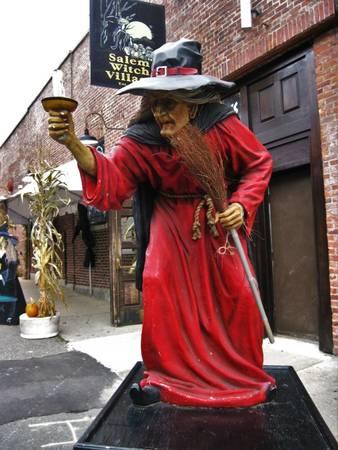 Tượng phù thủy ở Salem - Ảnh: wp