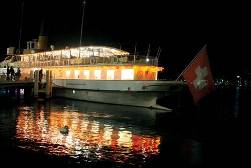 Du thuyền trên hồ Geneve về đêm