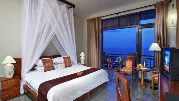 Ban công rộng của phòng nghỉ giúp du khách thỏa thích thư giãn, ngắm biển đêm.