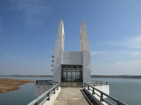 Description: Tháp điều tiết nước hồ Sông Ray - Ảnh: Nguyễn Thiên Đăng