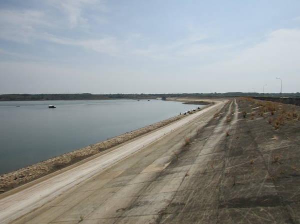 Description: Đập hồ Sông Ray - Ảnh: Nguyễn Thiên Đăng