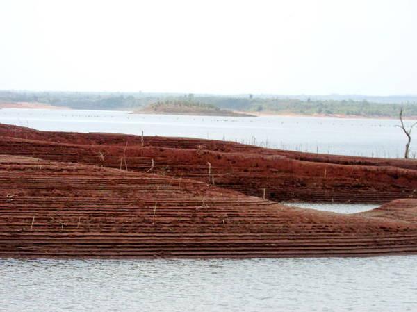 """Description: Một đôi mũi đất do sóng nước """"gọt giũa"""" thành hình dáng như ruộng bậc thang - Ảnh: Nguyễn Thiên Đăng"""