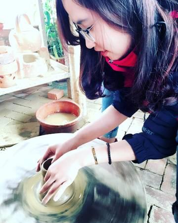 Description: Các bạn trẻ hào hứng với trải nghiệm thử làm gốm.Ảnh: lthg.2802/instagram
