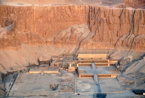 Quần thể đền thờ nữ hoàng Hatshepsut tựa lưng vào núi
