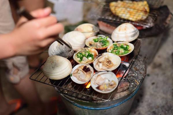 Tự tổ chức tiện nướng cùng bạn bè trên đảo là một điều trên cả tuyệt vời. Ảnh: Huỳnh Lê Tuấn.