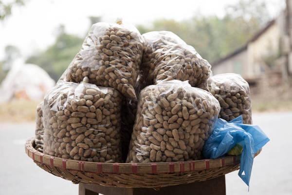 Đậu phộng khô bán ven đường - Ảnh: Trân Duy