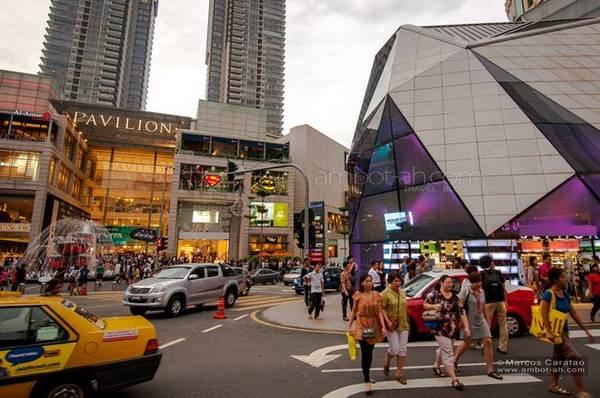 Mua sắm đóng một vai trò vô cùng quan trọng đối với ngành du lịch của Malaysia. Năm 2014, chi tiêu cho hoạt động mua sắm của khách du lịch tại Malaysia đạt 21,6 tỷ ringgit (RM) trên tổng số 72 tỷ RM, tương đương với 30% tổng chi tiêu. So với mức chi tiêu vào năm 2013 (19,8 tỷ RM), con số này đã tăng lên 9,3%. Và chỉ mới tính đến thời điểm tháng 9 năm 2015, con số này đã ước đạt 15,3 tỷ RM, cũng chiếm vào khoảng 30% tổng số 51 tỷ RM Malaysia thu được. Ảnh: Marcos Caratao.