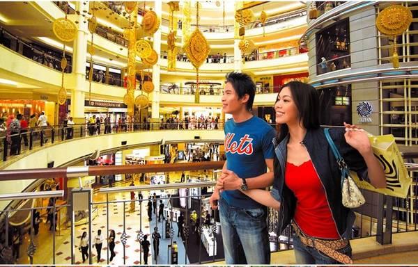 """Malaysia có 3 mùa giảm giá lớn thường niên: mùa giảm giá đầu năm Malaysia Super Sale (từ 1-31/3); siêu giảm giá giữa năm 1Malaysia Mega Sale Carnival (15/6-31/8); và mùa giảm giá cuối năm 1Malaysia Year End Sale (1/11-31/12). Cùng áp dụng một khẩu hiệu mới xuyên suốt năm """"Siêu ưu đãi, trải nghiệm tuyệt vời"""", ba đợt giảm giá thu hút một lượng lớn người dân bản địa tại Malaysia và du khách quốc tế đến mua sắm, ăn tối và giải trí, nghỉ ngơi trong suốt mùa mua sắm tốt nhất của năm. Ảnh: Virtualmalaysia."""