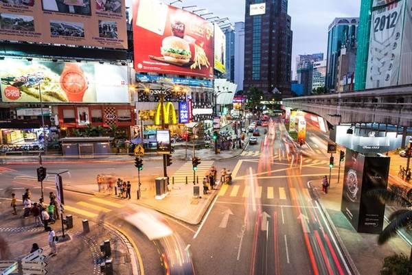Các điểm du lịch chính của Malaysia như Kuala Lumpur, Penang hay Johor đều được đầu tư xây dựng các trung tâm mua sắm lớn. Trong đó, Kuala Lumpur đã giành được nhiều giải thưởng mua sắm quốc tế, trong đó bao gồm top 5 các điểm đến mua sắm tốt nhất từ Expedia UK năm 2016, xếp thứ 4 trong danh sách những thành phố mua sắm tốt nhất thế giới theo CNN trong hai năm liên tiếp 2012-2013. Ảnh: Kuala-lumpur.