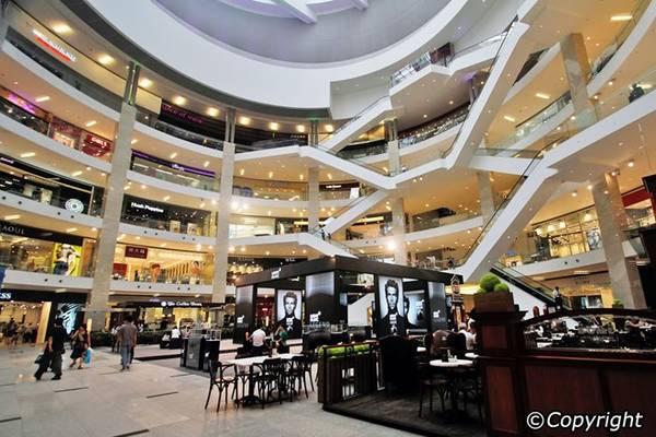 Kuala Lumpur có các tổ hợp mua sắm rộng hàng trăm nghìn m2, với vô vàn chủng loại hàng hóa, từ hàng hóa cao cấp mới nhất tới từ các thương hiệu nổi tiếng thế giới, đến các mặt hàng thủ công mỹ nghệ của Malaysia. Du khách có thể dễ dàng tìm được các món đồ ưng ý ở Fahrenheit 88, IOI City Mall, Pavilion Kuala Lumpur, SOGO Kuala Lumpur, Sunway Putra Mall... Ảnh: Kuala-lumpur.