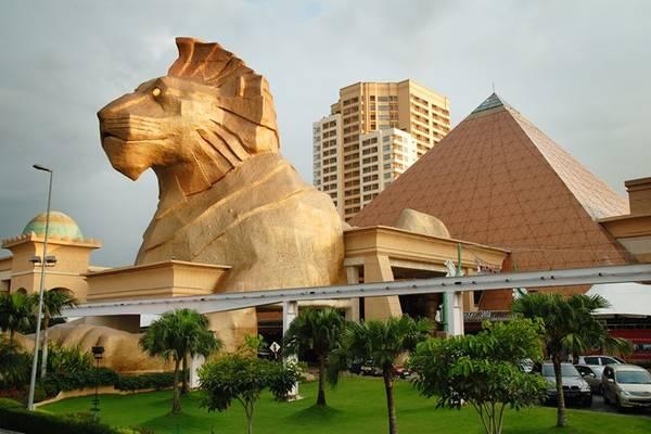 Ngoài ra, du khách còn có thể thỏa thích mua sắm trong các trung tâm mua sắm khổng lồ khắp Malaysia như Johor Premium Outlet tại Johor, Mitsui Outlet Park-KLIA và Sunway Pyramid tại Selangor, hay George Town tại Penang. Ảnh: Worldstoptens.