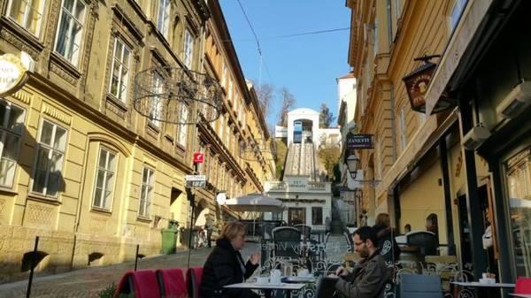 Phố cổ Zagreb - phía xa là hệ thống đường sắt leo núi - Ảnh: Phong Nguyễn Lê