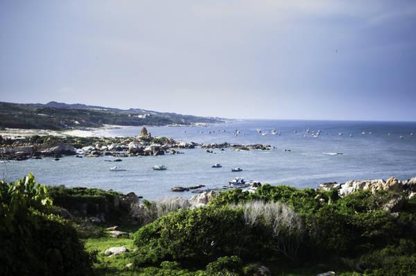 Dù cho những khu nghỉ dưỡng cứ lần lượt mọc lên, nhưng Mũi Kê Gà vẫn giữ được nét hoang sơ, bình dị vốn có của thiên nhiên vùng biển với những rặng thùy dương và phiến đá kỳ lạ. Ảnh: Long Gia