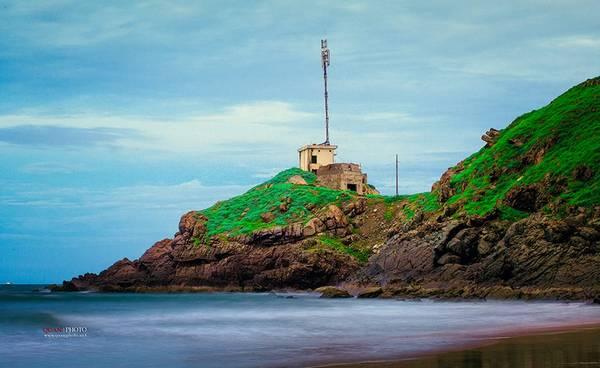 Trước mặt là biển sau lưng là núi. một cảnh tượng ngọt lịm mà bạn có thể cảm nhận được từ Mũi Nghinh Phong. Ảnh Nguyễn Trung Quân