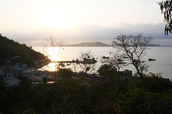 Description: Khung cảnh bãi Chệt trong ánh bình minh. Đây là cảng biển chính của hòn Củ Tron - hòn đảo lớn nhất quần đảo Nam Du. Khu vực tập trung nhiều nhà dân, hàng quán và những nhà nghỉ cho khách du lịch.